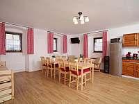 Společenská místnost s kuchyní - chalupa k pronájmu Borotín
