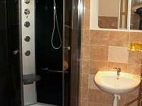 Penzion - sprchový kout k ložnici