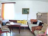 Obývací místost - 2 lůžka + 1 místo pro přespání na peci - Bošilec