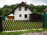 Přijezdová brána na pozemek, parkování a zahradní domek na kola - chata Dehtáře - ubytování Žabovřesky - Dehtáře