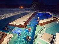 Z terasy máte výhled na venkovní celoročně vyhřívané bazény :) - apartmán k pronajmutí Frymburk