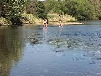 Brouzdání v řece, duben 2020 - chata ubytování Planá nad Lužnicí