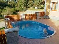 bazén u chalupy v Podskalí