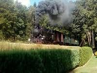 parní lokomotiva projíždějící nad pozemkem