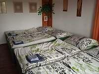 Ložnice se čtyřmi postelemi