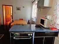 kuchyň přízemí - pronájem chalupy Vícemil