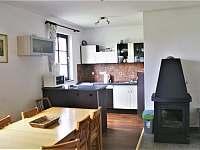 obývák + kuchyň přízemí - chalupa k pronajmutí Vícemil