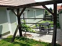 venkovní sezení u objektu A - Třeboň - Stará Hlína