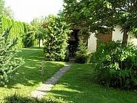 zahrada s pergolou - chalupa k pronájmu Pištín