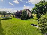 zahrada s velkou trampolínou - Pištín