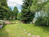 Oplocená zahrada a pod ní přístup k řece - pronájem rekreačního domu Rožmberk nad Vltavou