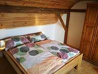 ložnice v patře - chalupa ubytování Březnice u Tábora