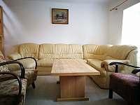 obývák sezení - chalupa k pronájmu Březnice u Tábora