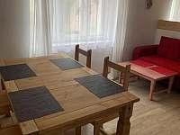 Obývací místnost s jídelním koutem - chalupa ubytování Těšínov u Protivína
