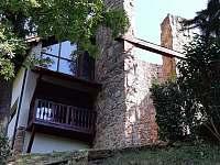 Pohled ze zahrady,na balkon a gril ve vezi - Klučenice - Kamenice