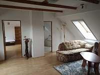 Obývací pokoj v 1.NP - chalupa k pronajmutí Milenovice