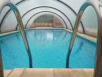 Zastřešený bazén - chalupa k pronájmu Milenovice