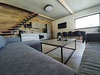 Obývací pokoj s kuchyni - vila k pronájmu Černá v Pošumaví - Jestřábí