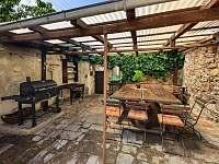 Zastřešená terasa s grilem - rekreační dům k pronájmu Český Krumlov