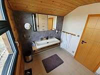 horní koupelna - roubenka k pronájmu