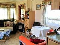 obyvaci pokoj, kuchynka je integrovana v obyvaci mistnost s malou lednici - chata ubytování Frymburk - Milná