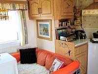 obyvaci pokoj s kuchynkou - chata k pronajmutí Frymburk - Milná