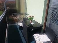 balkon s posezením - apartmán k pronájmu Borovany u Českých Budějovic