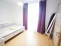 ložnice se vstupem na balkón - pronájem apartmánu Český Krumlov
