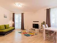 Obývací pokoj s kuchyňským koutem a vstupem na balkón - apartmán ubytování Český Krumlov