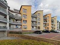 vzhled objektu s parkovacím stáním - apartmán k pronájmu Český Krumlov