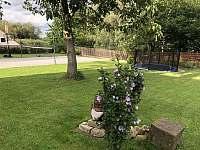 Zahrada od domu - chalupa ubytování Kondrač