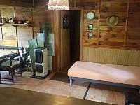 Jídelní kout, kamna, dveře do ložnice - chata ubytování Chřešťovice