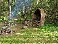ohniště s grilem za chatou - ubytování Chřešťovice