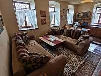 Obývací pokoj s přistýlkami + kuchyňský kout - apartmán k pronajmutí Mníšek