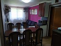 Obývák s kuchyňským koutem - apartmán k pronájmu Sezimovo Ústí