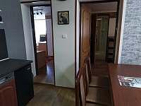 průchody z obýváku do pokojů - apartmán k pronajmutí Sezimovo Ústí