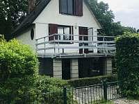 Chata s velkou terasou vhodnou pro grilování a oplocení kolem celého objektu - ubytování Dehtáře