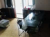 Kuchyňský stůl pro 6 osob - chata k pronájmu Dehtáře