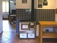 U kamen v kuchyni se ohřejte a také na nich můžete uvařit - chalupa k pronajmutí Horní Stropnice - Hojná Voda