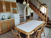 Kuchyň s jídelním stolem - pronájem chalupy Záluží u Trhové Sviny