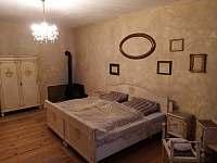 Apartmán 48, ložnice s manželskou postelí - ubytování Chvalšiny