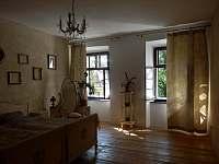 Apartmán 48, ložnice s manželskou postelí - k pronájmu Chvalšiny