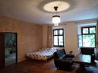 Apartmán 48, obývací pokoj se třemi lůžky - k pronajmutí Chvalšiny