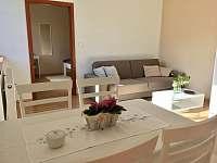 Obývací místnost s jídelnou - apartmán k pronájmu Lipno nad Vltavou