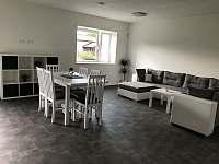 Apartmán CH0 - přízemí - Obývací pokoj s kuchyňským koutem a jídelnou - k pronajmutí Dubenec