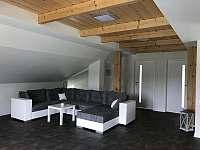 Apartmán CH1 - podkroví - Obývací pokoj s kuchyňským koutem a jídelnou - k pronájmu Dubenec