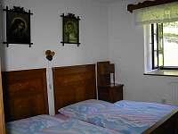 Ložnice s manželskou postelí - chalupa ubytování Věžovatá Pláně