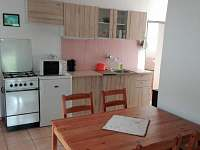 Kuchyň- pohled z obývacího pokoje