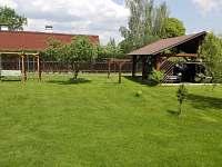Pohled na zahradu- houpačka