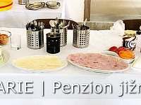Ideální společenská místnost s možností skupinové snídaně - chalupa k pronájmu Pražák
